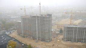 Costruzione delle costruzioni multipiano con le gru in Ucraina La grande nebbia archivi video