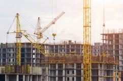 Costruzione delle gru delle case, caduta della gru di caduta sulla costruzione Immagine Stock