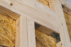 Costruzione delle pareti di legno della struttura di nuovo sito della casa di campagna ONU Immagini Stock