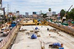 Costruzione delle strade per migliorare viaggio e dissotterrare il seminterrato a Pattaya in Tailandia nel 2016 Immagine Stock