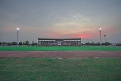 Costruzione dello stadio con le foglie verdi fotografie stock