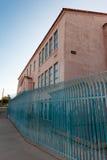 Costruzione dello stucco con la barriera di sicurezza blu del metallo Fotografie Stock Libere da Diritti