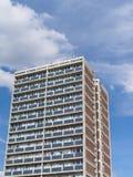 Costruzione di abitazione sociale della torre contro il cielo blu con le nuvole fotografia stock libera da diritti