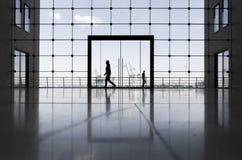 Costruzione di affari a Amburgo con le grandi finestre e una vista del porto famoso immagine stock