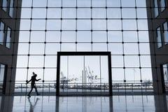 Costruzione di affari a Amburgo con le grandi finestre e una vista del porto famoso fotografia stock
