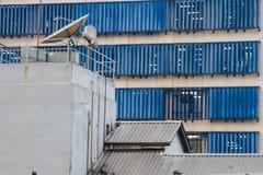 Costruzione di affari con i ciechi di finestra metallici blu Fotografia Stock