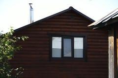 Costruzione di alloggi di legno, abbattimento da un ceppo rotondo immagine stock libera da diritti