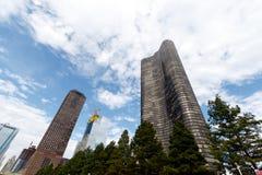 Costruzione di appartamento alta e la città dell'orizzonte di Chicago Fotografie Stock