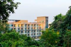 Costruzione di appartamento alta nella città, architettura residenziale Immagine Stock