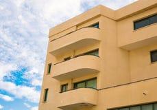 Costruzione di appartamento alta Nuovo caseggiato moderno con cielo blu Fotografia Stock