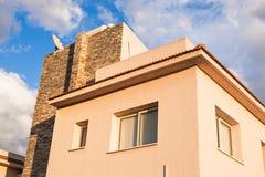 Costruzione di appartamento alta Nuovo caseggiato moderno con cielo blu Immagine Stock Libera da Diritti