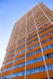 Costruzione di appartamento alta sopra il fondo del cielo blu Immagini Stock Libere da Diritti