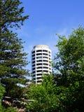 Costruzione di appartamento bianca rotonda alta Fotografia Stock