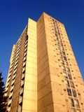 Costruzione di appartamento che cerca contro il cielo blu Fotografia Stock Libera da Diritti