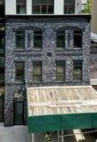 Costruzione di appartamento con il materiale illustrativo a Williamsburg Brooklyn Maggio 2018 fotografia stock libera da diritti