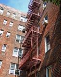 Costruzione di appartamento della città con l'uscita di sicurezza Immagine Stock