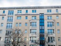 Costruzione di appartamento moderna con gli alberi nudi Immagine Stock Libera da Diritti