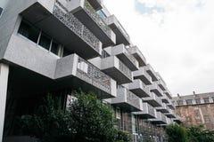 Costruzione di appartamento moderna di architettura Vista di angolo basso Fotografia Stock Libera da Diritti