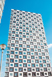 Costruzione di appartamento moderna e nuova Foto di un caseggiato alto contro un cielo blu Fotografia Stock