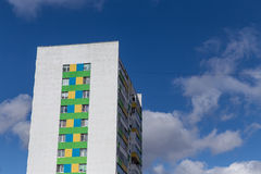 Costruzione di appartamento moderna e nuova sui louds del _ di A e del cielo blu Caseggiato vivente a più piani, moderno, nuovo e Fotografia Stock Libera da Diritti