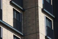 Costruzione di appartamento moderna progettazione multicolore di divertimento della facciata fotografia stock libera da diritti