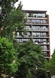 Costruzione di appartamento moderna a Rotterdam con la via Fotografia Stock