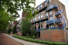 Costruzione di appartamento moderna a Rotterdam con la via Fotografie Stock