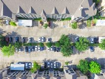 Costruzione di appartamento multilivelli tipica di vista aerea in U.S.A. Fotografie Stock Libere da Diritti