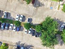 Costruzione di appartamento multilivelli tipica di vista aerea in U.S.A. Fotografia Stock
