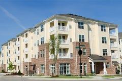 Costruzione di appartamento nell'area suburbana Immagini Stock