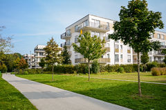 Costruzione di appartamento nuova - sviluppo residenziale moderno in un insediamento urbano verde Fotografie Stock Libere da Diritti