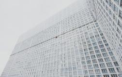 Costruzione di appartamento residenziale bianca e grigia contemporanea enorme del grattacielo Fotografia Stock