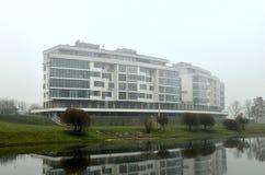 Costruzione di appartamento residenziale del progettista sui precedenti del paesaggio del fiume di autunno fotografie stock