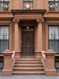 Costruzione di appartamento di stile del brownstone di New York immagini stock