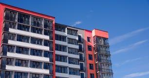Costruzione di appartamento sul fondo del cielo blu Fotografia Stock Libera da Diritti