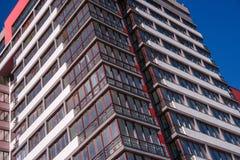 Costruzione di appartamento sul fondo del cielo blu Fotografie Stock