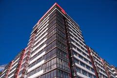 Costruzione di appartamento sul fondo del cielo blu Immagine Stock