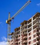 Costruzione di appartamento sul fondo del cielo blu Fotografie Stock Libere da Diritti