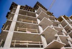 Costruzione di appartamento sul fondo del cielo blu Fotografia Stock