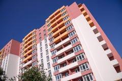 Costruzione di appartamento sul fondo del cielo blu Immagini Stock