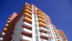 Costruzione di appartamento sul fondo del cielo blu Immagine Stock Libera da Diritti