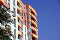 Costruzione di appartamento sul fondo del cielo blu Immagini Stock Libere da Diritti