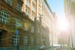 Costruzione di appartamento sulla via sommersa da luce solare, Mosca, Russia fotografia stock