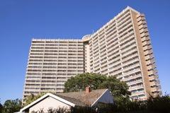 Costruzione di appartamento torreggiante contro il cielo blu luminoso Fotografie Stock Libere da Diritti