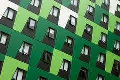 Costruzione di appartamento verde inclinata Fotografie Stock Libere da Diritti