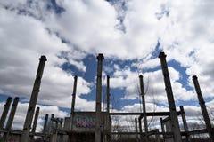 Costruzione di calcestruzzo sovietica abbandonata con i pali attraversati Immagini Stock Libere da Diritti