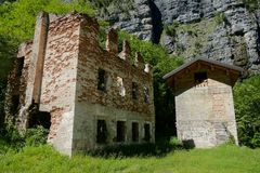Costruzione di casa abbandonata del villaggio nel parco nazionale Tre Cime di Lavaredo Dolomiti fotografia stock