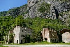 Costruzione di casa abbandonata del villaggio nel parco nazionale Tre Cime di Lavaredo Dolomiti immagine stock