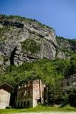 Costruzione di casa abbandonata del villaggio nel parco nazionale Tre Cime di Lavaredo Dolomiti immagine stock libera da diritti