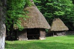 Costruzione di casa antica di stile del Balcani nella foresta fotografie stock libere da diritti